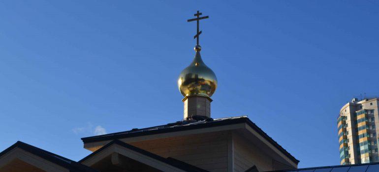 Освящение Креста и купола строящегося храма Святых Царственных Страстотерпцев в Ясеневе